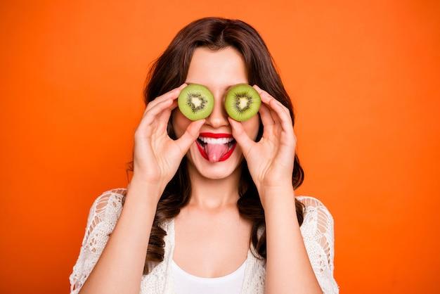 Wesoły pozytywny słodki ładny uroczy uroczy tysiącletni wystający język uśmiechnięty ząb.