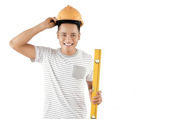 Wesoły pracownik budowlany