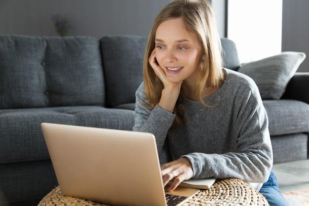 Wesoły pracownik freelance posiadający wideo czat
