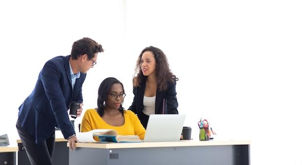 Wesoły pracowników biurowych firmy omawianie burzy mózgów na wspólne spotkanie. koncepcja jedności i pracy zespołowej