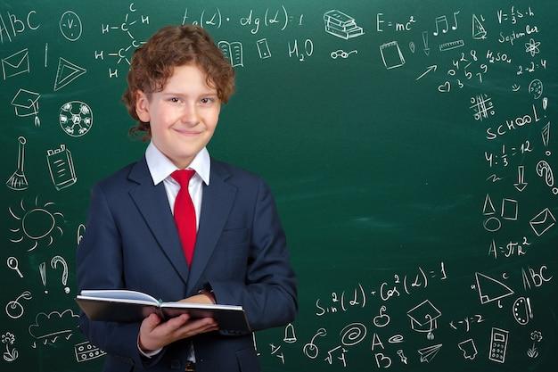 Wesoły przemyślany chłopak w szkole