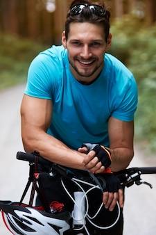 Wesoły rowerzysta łapie oddech