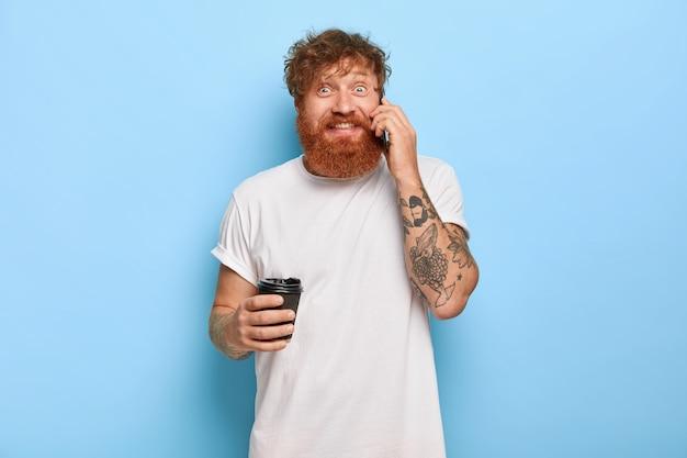 Wesoły rudy mężczyzna z gęstą brodą