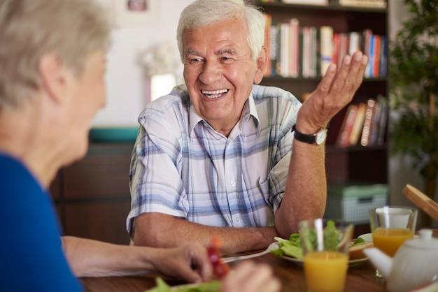 Wesoły senior małżeństwo je razem śniadanie