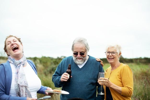 Wesoły seniorzy dobrze się bawią