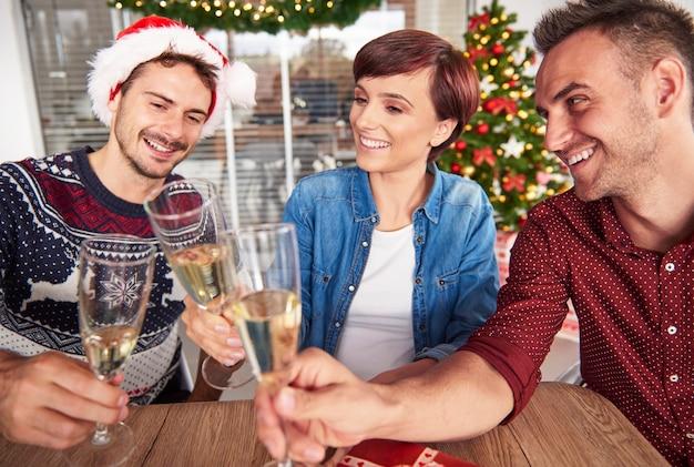 Wesoły startujący zespół wznosi toast za kolejne sukcesy