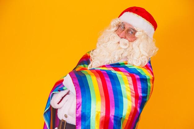 Wesoły święty mikołaj trzymający flagę lgbt. boże narodzenie koncepcja dumy gejowskiej.