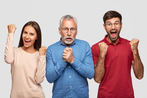 Wesoły współpracownicy z radością zaciskają pięści