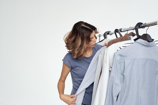 Wesoły wybór ubrań w pobliżu szafy na białym tle