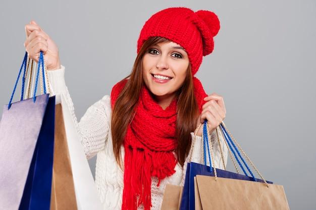Wesoły zakupacholiczka podczas zimowej wyprzedaży