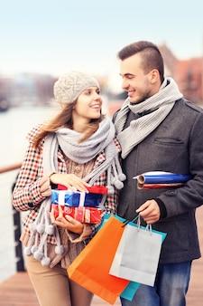 Wesołych młodych ludzi robiących świąteczne zakupy