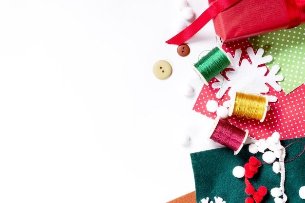 Wesołych świąt bożego narodzenia i nowego roku transparent wakacje. miejsce do pakowania prezentów. dekoracja przedstawia tworzenie płaskiego widoku z góry boże narodzenie przygotowanie uroczystości diy koncepcja wystroju na białym tle.