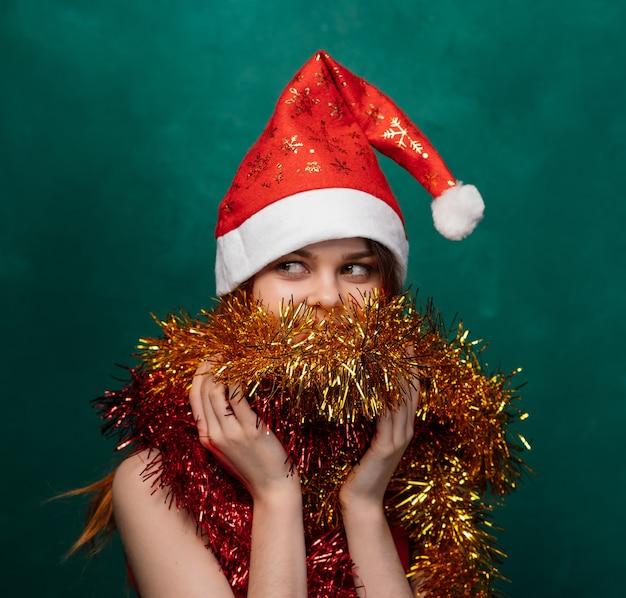 Wesołych świąt bożego narodzenia kobieta w nowym roku w czapkę i blichtr, jasne tło