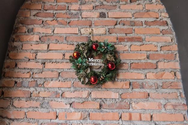 Wesołych świąt bożego narodzenia koło mur z cegły