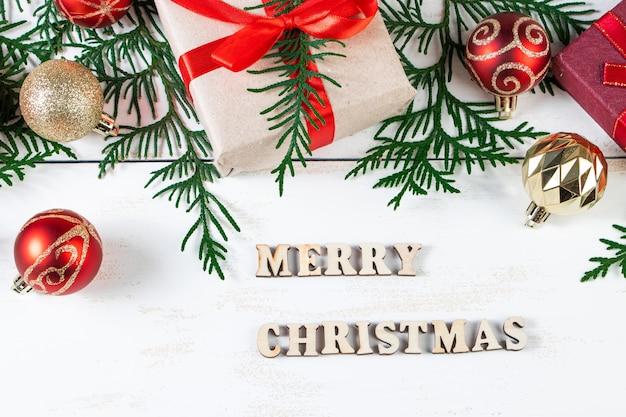Wesołych świąt bożego narodzenia koncepcja. pudełka na prezenty i świąteczny wystrój na białym tle.