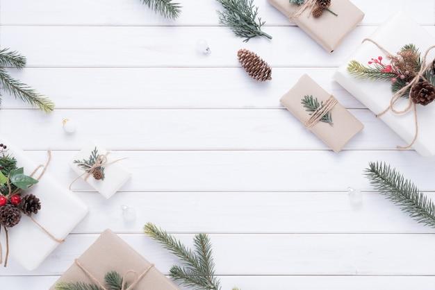 Wesołych świąt bożego narodzenia ozdoba do świętowania na białym tle drewna