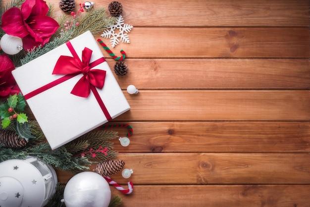Wesołych świąt bożego narodzenia ozdoba do świętowania na brązowym tle drewna z miejsca na kopię.