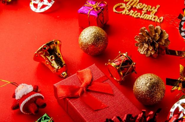 Wesołych świąt czerwone tło ze złotymi i błyszczącymi elementami dekoracyjnymi