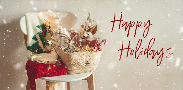 Wesołych świąt. dwa zimowe swetry i ozdoby świąteczne