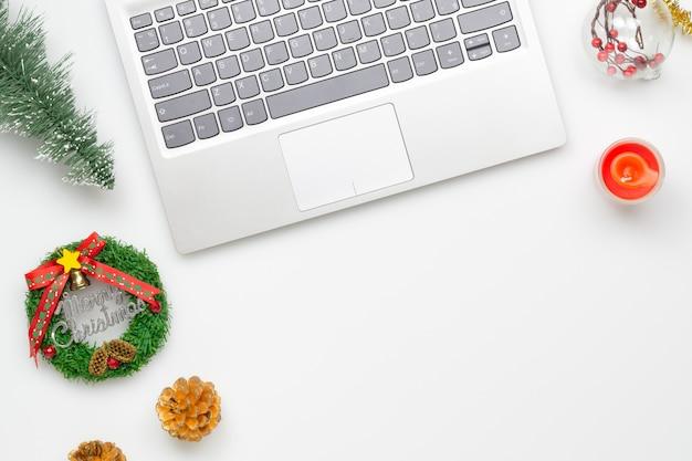Wesołych świąt i happy s pulpit do pracy biurowej