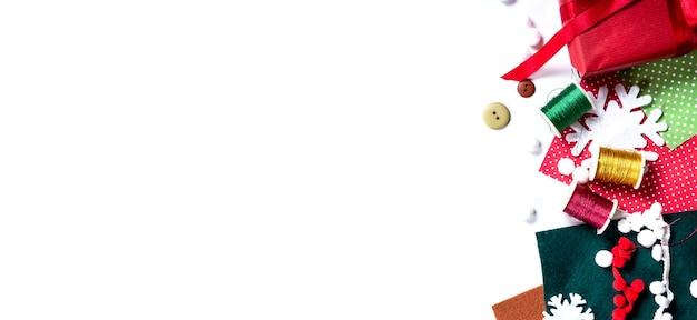 Wesołych świąt i nowego roku. miejsce do pakowania prezentów. dekoracja przedstawia tworzenie płaskiego widoku z góry boże narodzenie przygotowanie uroczystości diy koncepcja wystroju na białym tle. szablon długi szeroki baner.