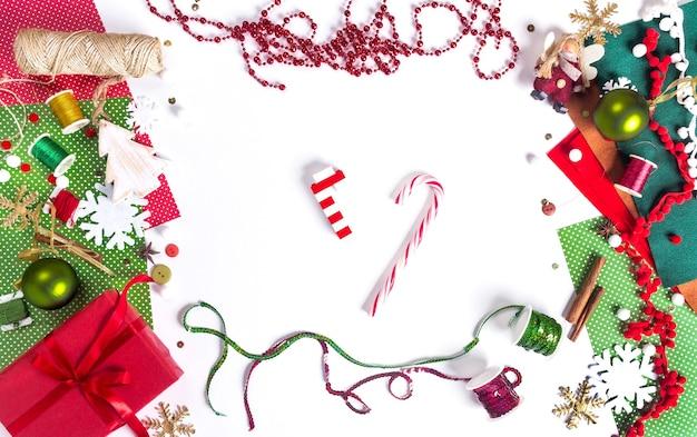Wesołych świąt i nowego roku. miejsce do pakowania prezentów. dekoracja przedstawia tworzenie płaskiego widoku z góry boże narodzenie przygotowanie uroczystości diy koncepcja wystroju na białym tle.