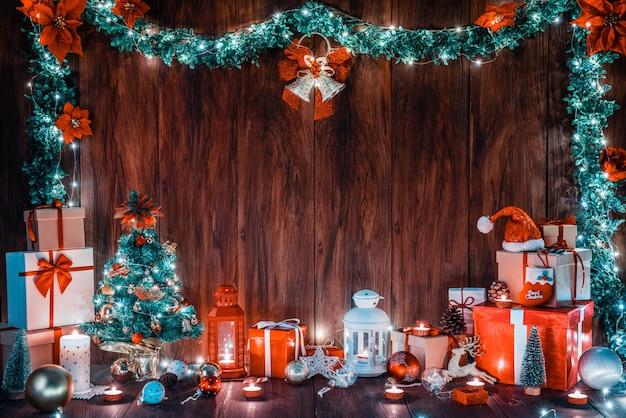 Wesołych świąt i szczęśliwego nowego roku dekoracji ze światłami do świętowania tła drewna z miejsca na kopię.