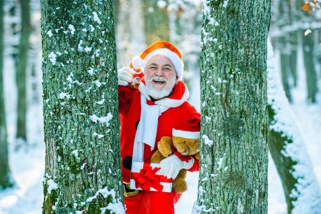 Wesołych świąt i szczęśliwego nowego roku koncepcja święty mikołaj przychodzi z prezentami z zewnątrz święty miko...