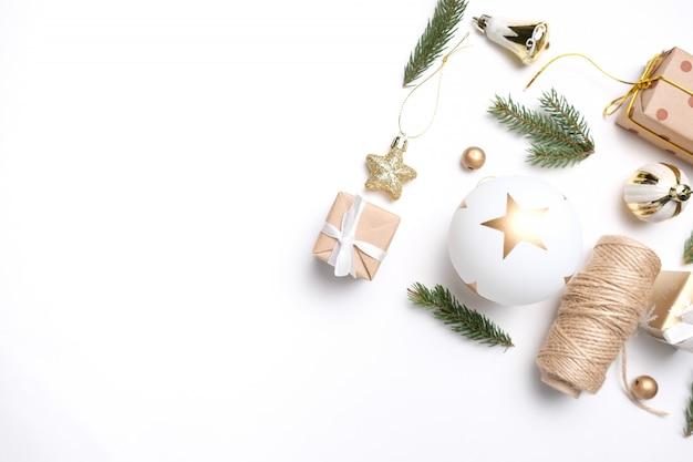 Wesołych świąt i szczęśliwego nowego roku ozdoba białe tło