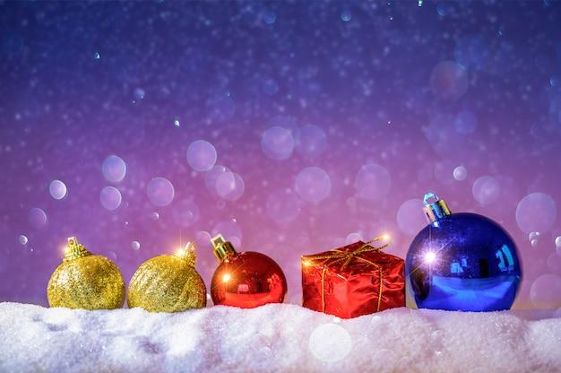 Wesołych świąt i szczęśliwego nowego roku pozdrowienie tła. christmas lantern na śniegu z jodły