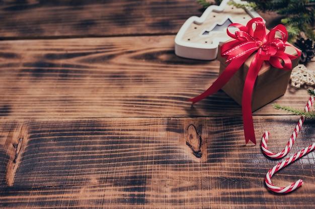 Wesołych świąt i szczęśliwego nowego roku. sezon zimowy świąteczna dekoracja na tle drewna.