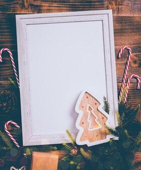Wesołych świąt i szczęśliwego nowego roku. sezon zimowy wakacje z choinką i dekoracją.