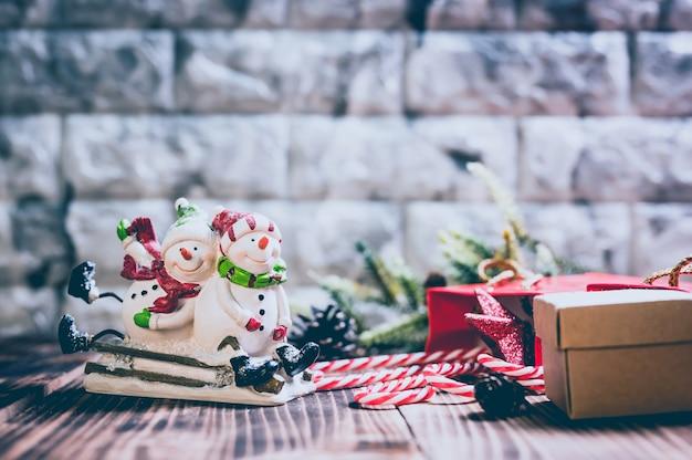 Wesołych świąt i szczęśliwego nowego roku. sezon zimowy wakacje z dekoracją świąteczną na tle drewna.