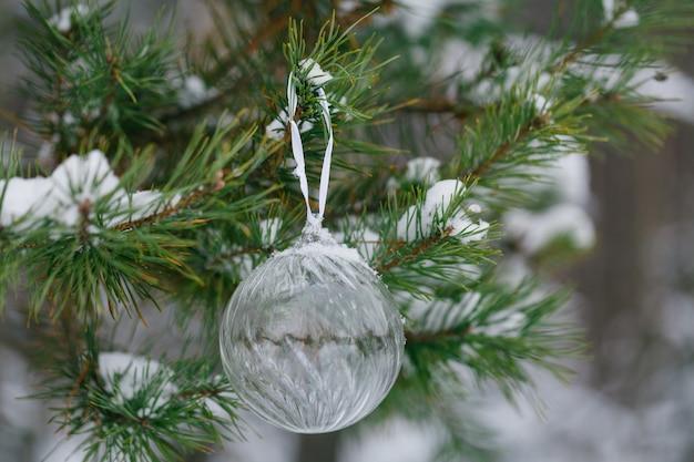 Wesołych świąt i szczęśliwego nowego roku. szkło zabawka na drzewie