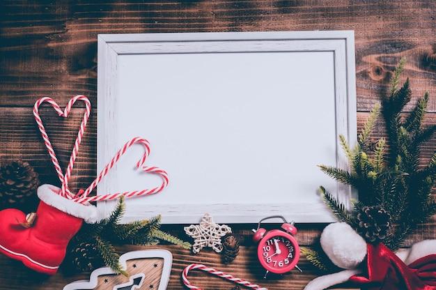 Wesołych świąt i szczęśliwego nowego roku. wakacje w sezonie zimowym z dekoracją świąteczną i tłem ramki na zdjęcia