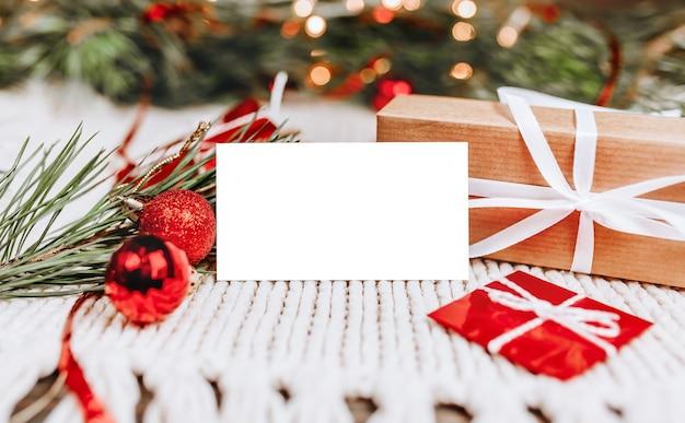 Wesołych świąt i wesołego nowego roku koncepcja z pudełkami i kartką z życzeniami