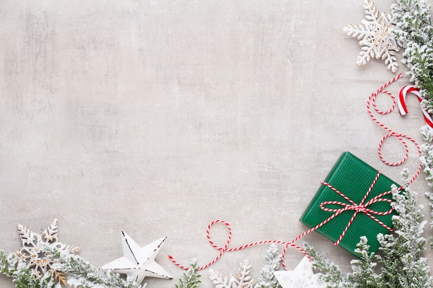 Wesołych świąt i wesołych świąt kartkę z życzeniami, ramki, baner. nowy rok. kolęda. srebrne prezenty świąteczne, ozdoby na niebieskim tle widok z góry. boże narodzenie motyw zimowych wakacji. leżał na płasko.