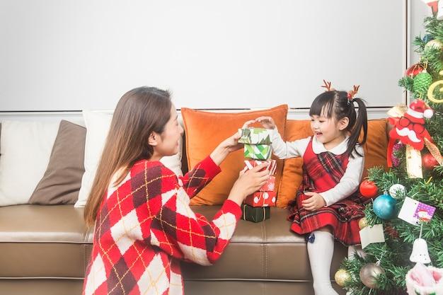 Wesołych świąt I Wesołych świąt! Koncepcja Wakacji I Dzieciństwa. Szczęśliwa Mała Uśmiechnięta Dziewczyna Z Pudełko Na Prezent Boże Narodzenie. Premium Zdjęcia