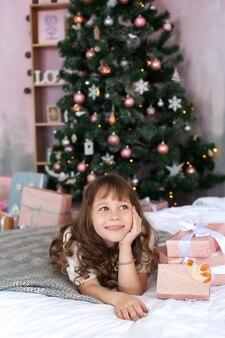 Wesołych świąt i wesołych świąt, portret dziewczynki w boże narodzenie rano