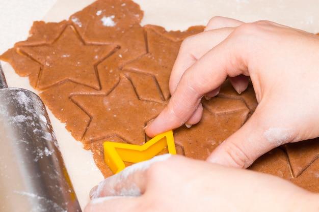 Wesołych świąt i wesołych świąt. rodzinne przygotowanie świątecznego jedzenia. matka gotowania ciasteczek.