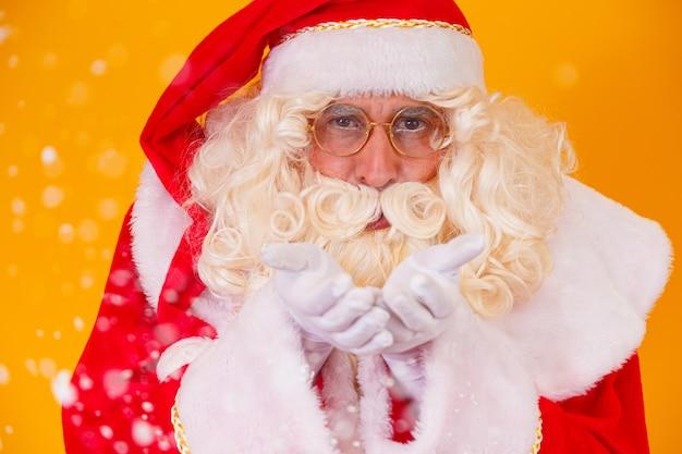 Wesołych świąt i wesołych świąt! święty mikołaj wieje śnieg.