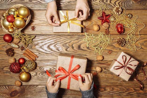 Wesołych świąt i wesołych świąt z przygotowaniem prezentów