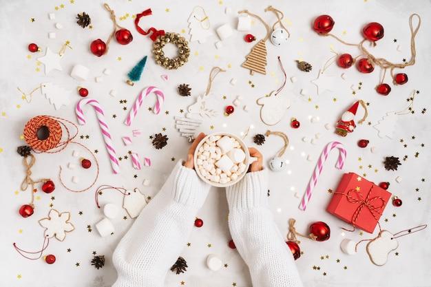 Wesołych świąt i wesołych świąt. zabawki na choinkowe rekwizyty