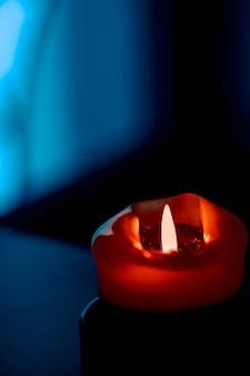 Wesołych świąt kartkę z życzeniami tło i sezon zimowy koncepcja czerwona świeca wakacyjna na ciemnym tle...