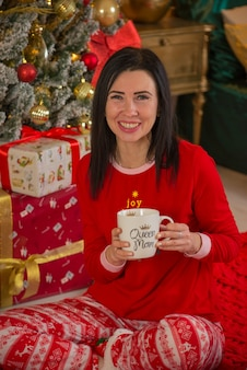 Wesołych świąt kobieta z prezentami napoje herbata