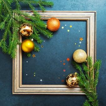 Wesołych świąt koncepcja jodła wakacje zimowe kulki ozdabianie złotych gwiazd brokat drewniana rama kopia przestrzeń tło