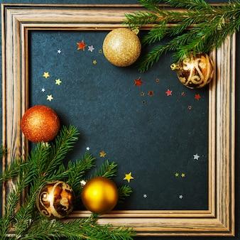 Wesołych świąt koncepcja jodła wakacje zimowe kulki ozdabianie złotych gwiazd brokat drewniana rama stonowana kopia przestrzeń tło