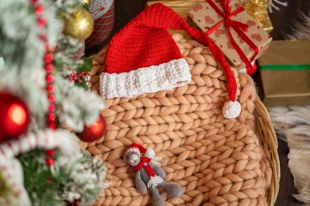 Wesołych świąt! kosz z kocem z merynosów i kostiumem świątecznym