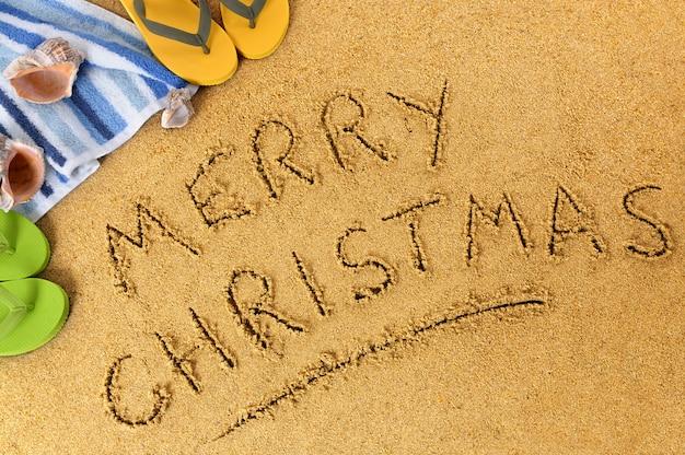 Wesołych świąt napisane na piasku plaży