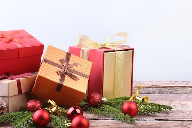 Wesołych świąt ozdoby sylwestrowe lub świąteczne z pudełkami, świecami i bombkami.